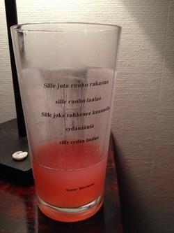 Väl hemma var Wappen stämningen redan så hög att vi beslöt att provsmaka årets mjöd-sats. Första gången jag lagat mjöd helt utan socker - honungssötman gjorde denna ädla dryck alldeles LJUVLIG och den rosa färgen kom från vinbären jag blandat i ;)